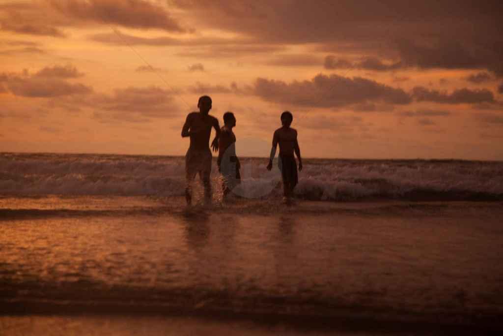 tpfau IMG 1310 Bali Sonnenuntergang Surfer
