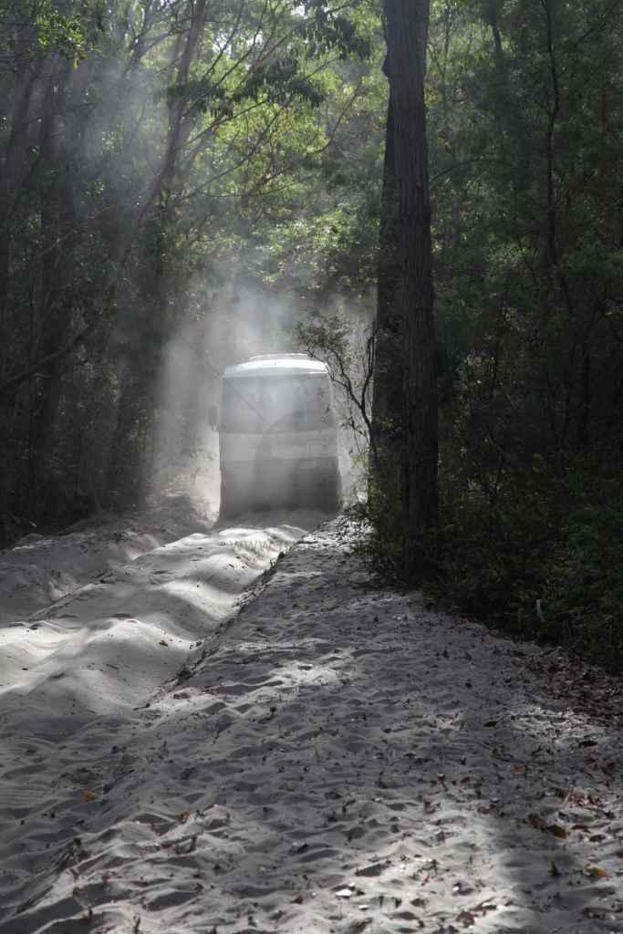 tpfau IMG 9232 Fraser Island Explorer Tour Fahrzeug steck im Sand