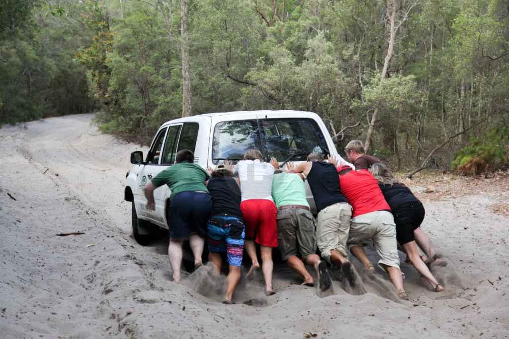 tpfau IMG 9244 Fraser Island Explorer Tour Fahrzeug steck im Sand