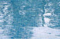Wasserreflektionen im Pool