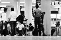 warten am Flughafen-Terminal