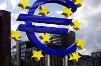 Eurozeichen vor EZB Bank Frankfurt am Main