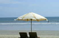 Sonnenschirm mit Liegestühle am Strand / Beach